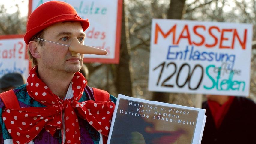 Von Pierers Geschäftspolitik sorgt aber auch für negative Schlagzeilen: Während der Konzern im Ausland Stellen schafft, werden in Deutschland Arbeitsplätze abgebaut. Die Angestellten machen - wie hier in München - ihrer Wut über die Massenentlassungen auf der Straße Luft.