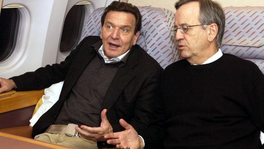 Vom Wirtschaftsboss lernen will auch die Politik: Schon für Alt-Kanzler Gerhard Schröder (hier während einer gemeinsamen Reise nach China) steht von Pierer als Berater in Wirtschaftsfragen zur Seite.