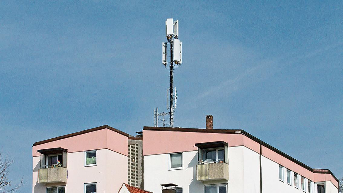 Weithin sichtbarer Anlass des Ärgers: der neue Funkmast der Telekom auf einem Wohnblock an der Wettelsheimer Straße.