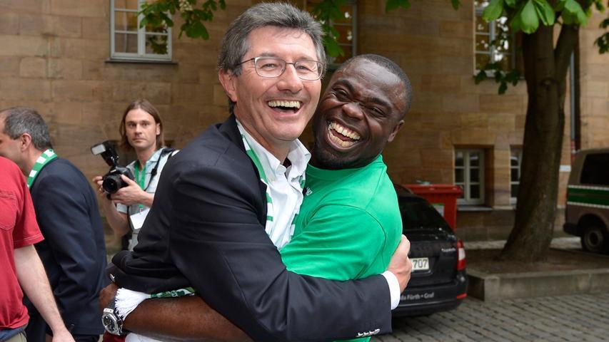 Was Möhlmann in seinen Amtszeiten nicht gelingen sollte, wurde dann im Frühjahr 2012 wahr: der Aufstieg in die Beletage des deutschen Fußballs. Da hatte selbst der oftmals so ernst wirkende Helmut Hack gut lachen - und mit Gerald Asamoah einen Ex-Nationalspieler im Arm.