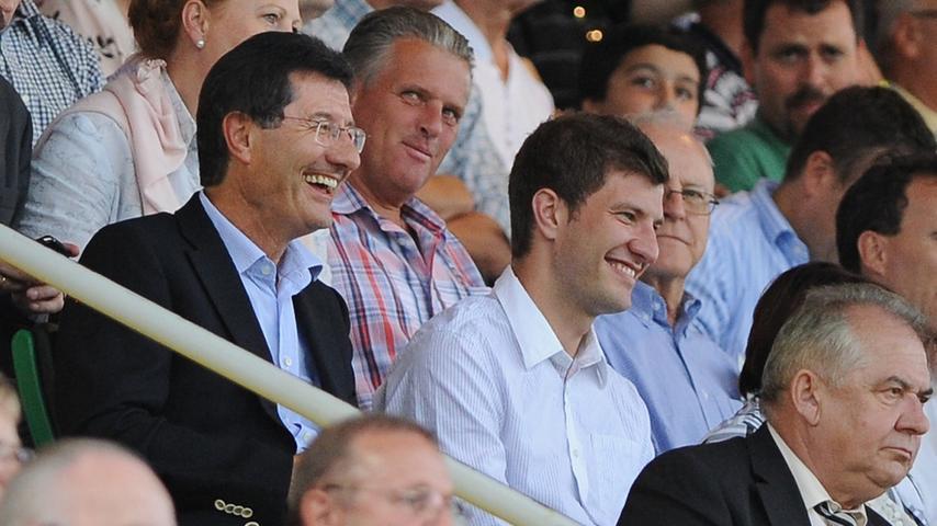 Ein steter Begleiter des Vaters ist Christian Hack (rechts), der selbst ins Fußballgeschäft eingestiegen und als Spielerberater tätig ist.