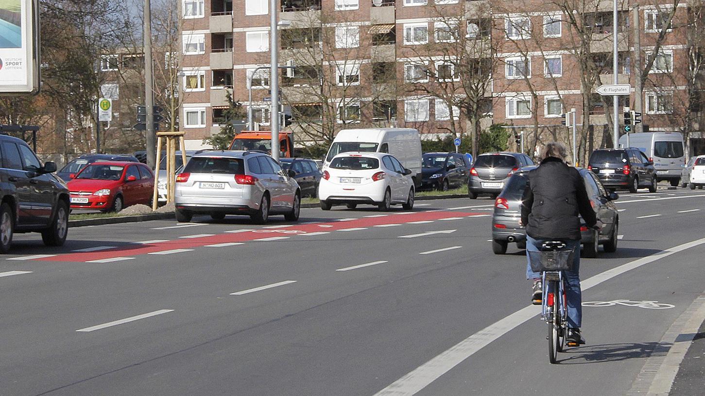 Für Diskussionen sorgt die rote Radabbiegespur, die zusätzlich zum Radstreifen an der Äußeren Bayreuther Straße eingerichtet wurde.