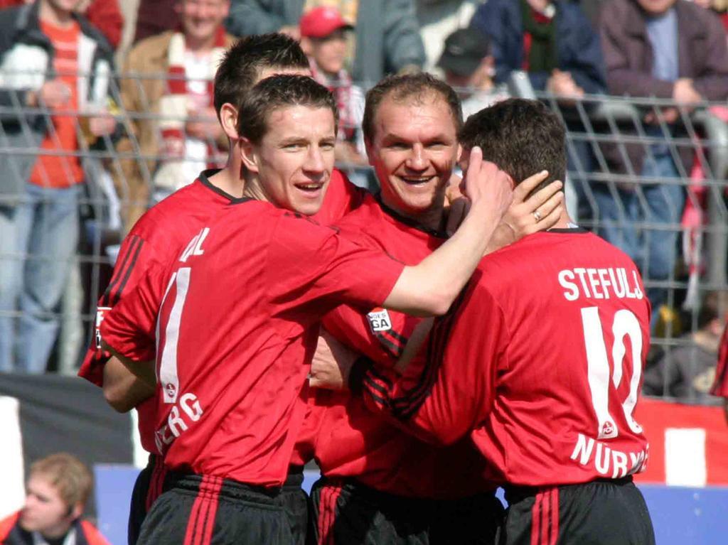 Mit 18 Treffern wurde Mintal in seiner Debütsaison beim Club auf Anhieb Torschützenkönig und steuerte so einen entscheidenden Teil zum direkten Wiederaufstieg in die Beletage des deutschen Fußballs bei. Seine Teamkollegen erlebten ihn stets als ehrlichen und zuverlässigen Sportsmann, der sich auch mit anderen freuen konnte. Hier jubelt der Goalgetter beim 3:0-Heimsieg gegen die SpVgg Unterhaching Ende März 2004 mit Torschütze Sasa Ciric und Danijel Stefulj (rechts).
