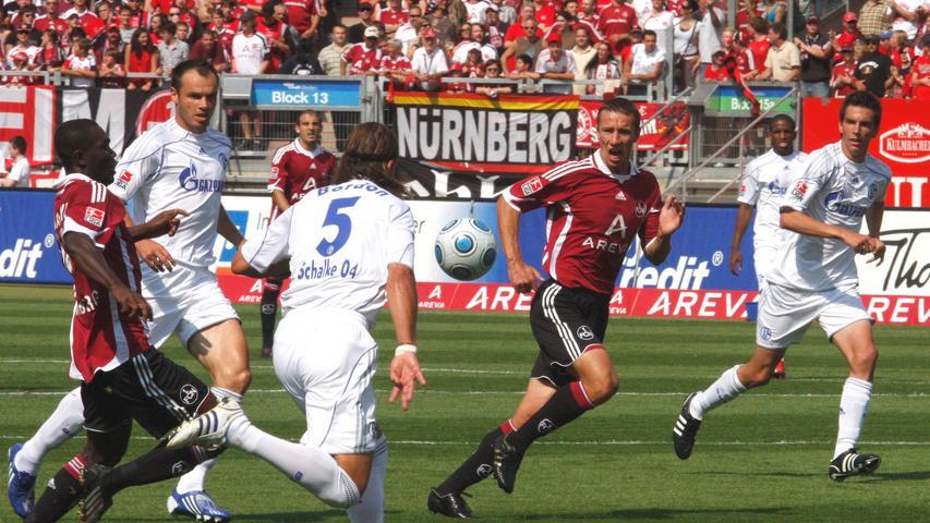 Im ersten Spiel der neuen Bundesligasaison unterlag der Club dem FC Schalke 04 mit 1:2. Das erste Nürnberger Tor der jungen Spielzeit schoss Marek Mintal. Was damals noch keiner ahnen konnte, es sollte der letzte Treffer des Phantoms im Club-Dress sein - zumindest bei der 1. Mannschaft.