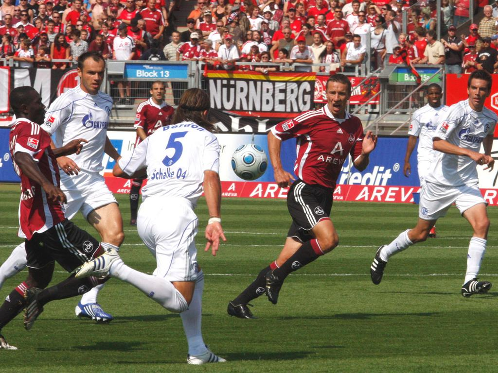 Im ersten Spiel der neuen Bundesligasaison unterlag der Club dem FC Schalke 04 mit 1:2. Das erste Nürnberger Tor der jungen Spielzeit schoss Marek Mintal. Was damals noch keiner ahnen konnte, es sollte der letzte Treffer des Phantoms im Club-Dress sein.