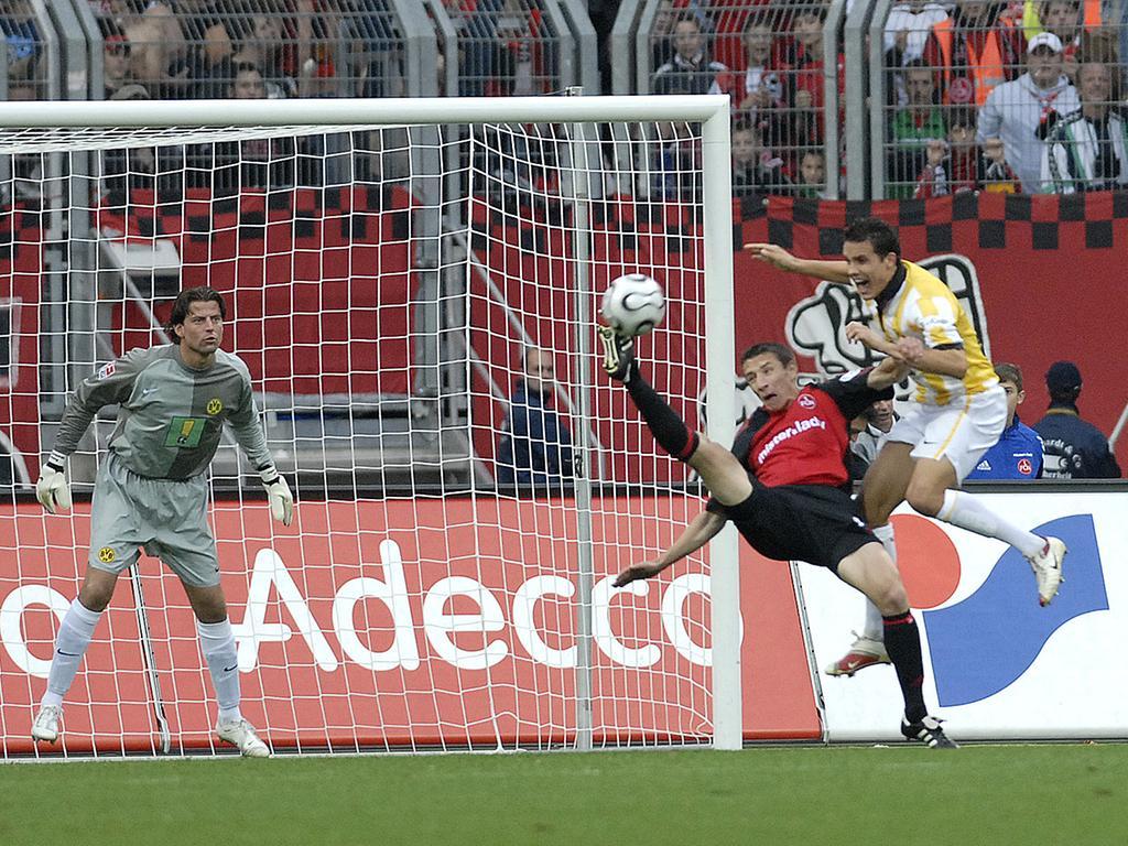 Wenn das Phantom, wie hier per artistischem Fallrückzieher am 9. Spieltag der Saison 2006/07 in der Heimpartie gegen Borussia Dortmund (1:1), vor dem Kasten auftauchte, versetzte es Gegenspieler und Torhüter in jedoch meist verspätete Alarmbereitschaft. Gegen sein Gespür, sich im richtigen Moment spielentscheidend in Szene zu setzen und per exquisiter Schusstechnik platziert abzuschließen, war meist kein Kraut gewachsen.