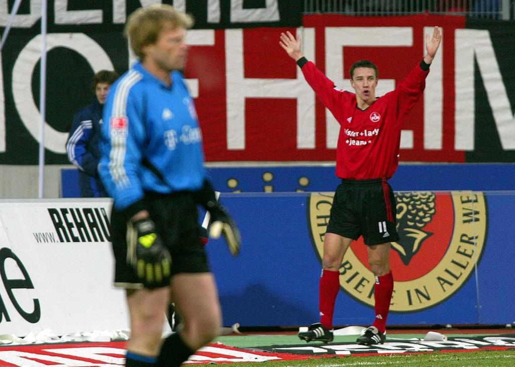 Nach dem Aufstieg machte die Offensivkraft, die sich vor dem Engagement in der Noris zum zweiten Mal in Folge als treffsicherster Akteur der slowakischen Liga ausgezeichnet hatte, wie selbstverständlich mit dem Toreschießen weiter. Anfang Dezember 2004 trotzte der Club im Derby zuhause den Bayern einen Punkt ab (2:2). Während Torwart-Gigant Oliver Kahn im Vordergrund bedröppelt dreinblickt, freut sich Nürnbergs neuer Publikumsliebling darüber, dass er den Altmeister just mit 1:0 in Front gebracht hat.