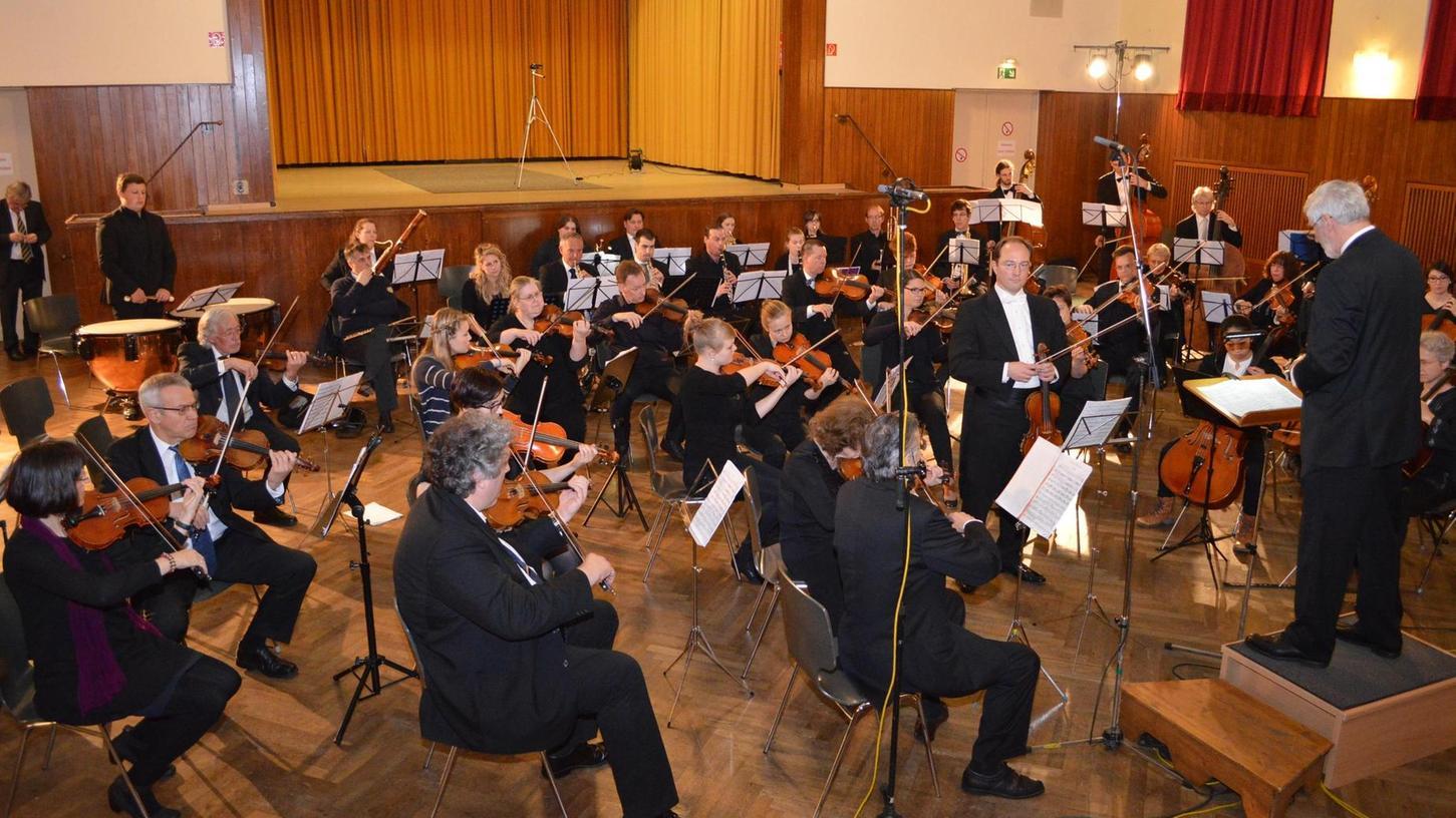 Die Neue Philharmonie im Kolpingsaal in Aktion.