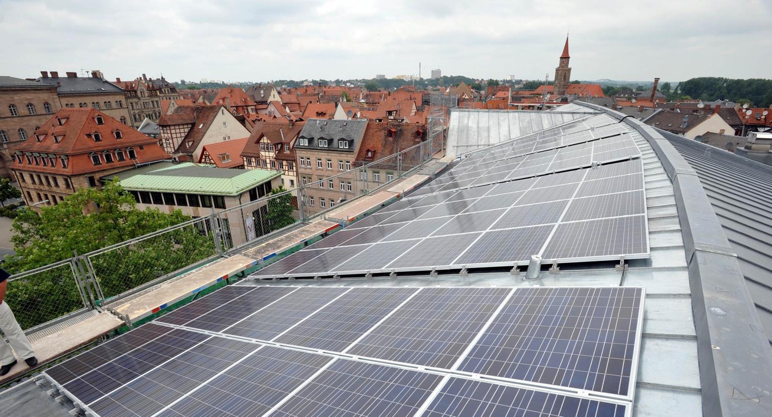 Auch auf dem Dach des Fürther Sozialrathauses wird Energie aus Sonnenkraft gewonnen.