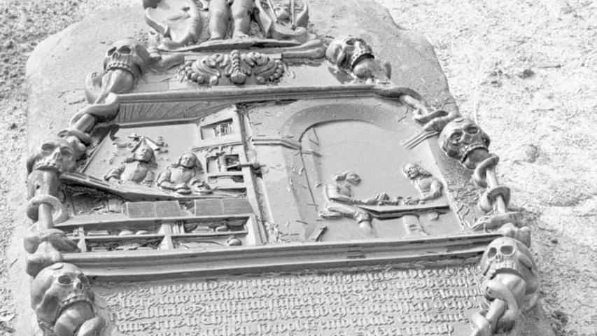 Es gibt wohl in der ganzen Bundesrepublik keinen eigenartigeren Friedhof als den zu St. Johannis in Nürnberg. In langen Reihen steht ein Grabstein neben dem anderen, fast alle gleich in der Form eines liegenden Sarges aus massivem rötlichem Sandstein. Hier geht es zum Artikel: Die Zunft in Bronze
