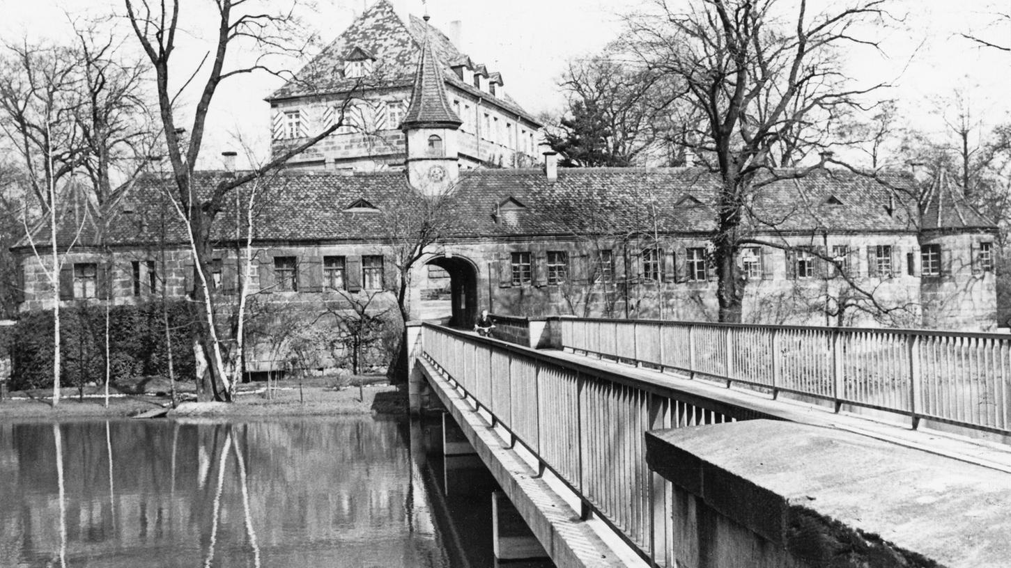 Auf einer Insel mitten in der Wasserfläche des Zeltner-Weihers liegt das Gleißhammer-Schlößchen, in dem Mitarbeiter der Bundesbahn idyllische Wohnungen haben.