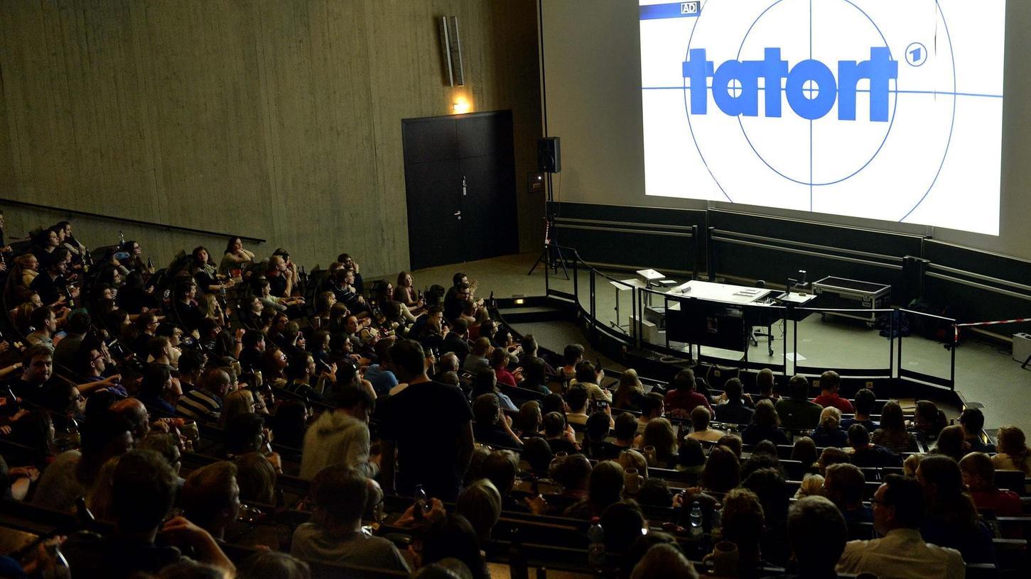 """Mehr als 1000 Zuschauer kamen am Sonntag zur Technischen Fakultät, um den Franken-""""Tatort"""" an einem der Original-Drehorte zu sehen."""