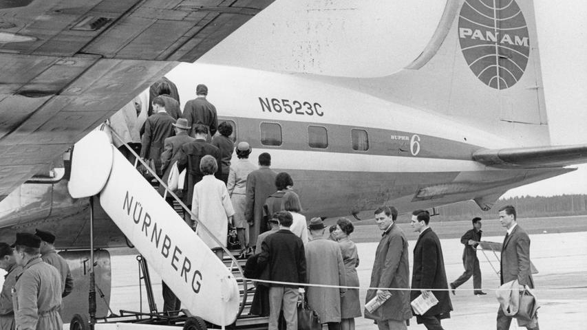 Flughafen Nürnberg, Passagiere gehen an Bord einer PanAm - Maschine.  Hier geht es zum Artikel: Die große Reisewelle rollt.