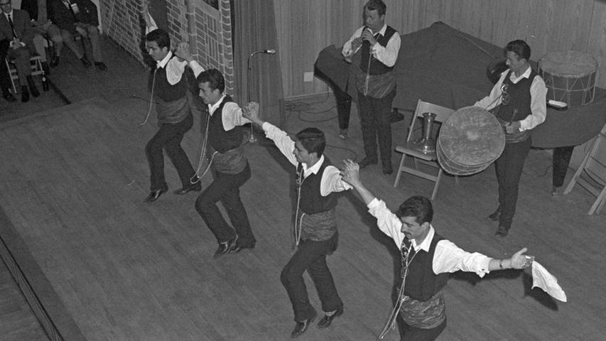 Ausgelassene Stimmung beim Abend für die Gastarbeiter. Das Tanzbein wurde zu den Volkstänzen kräftig geschwungen.  Hier geht es zum Artikel: Volkstänze für die Türken.