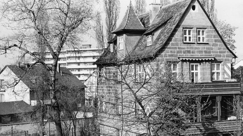 Das Schlösschen Schübelsberg in der Bismarckstraße 36 ist ein typischer patrizischer Herrensitz, wie er in Nürnberg zwischen 1550 und 1600, meist nach Zerstörung im zweiten Markgrafenkrieg, wieder aufgebaut wurde. Der Schmuck ist auf wenige Stellen wie Portal- und Fensterrahmen reduziert.