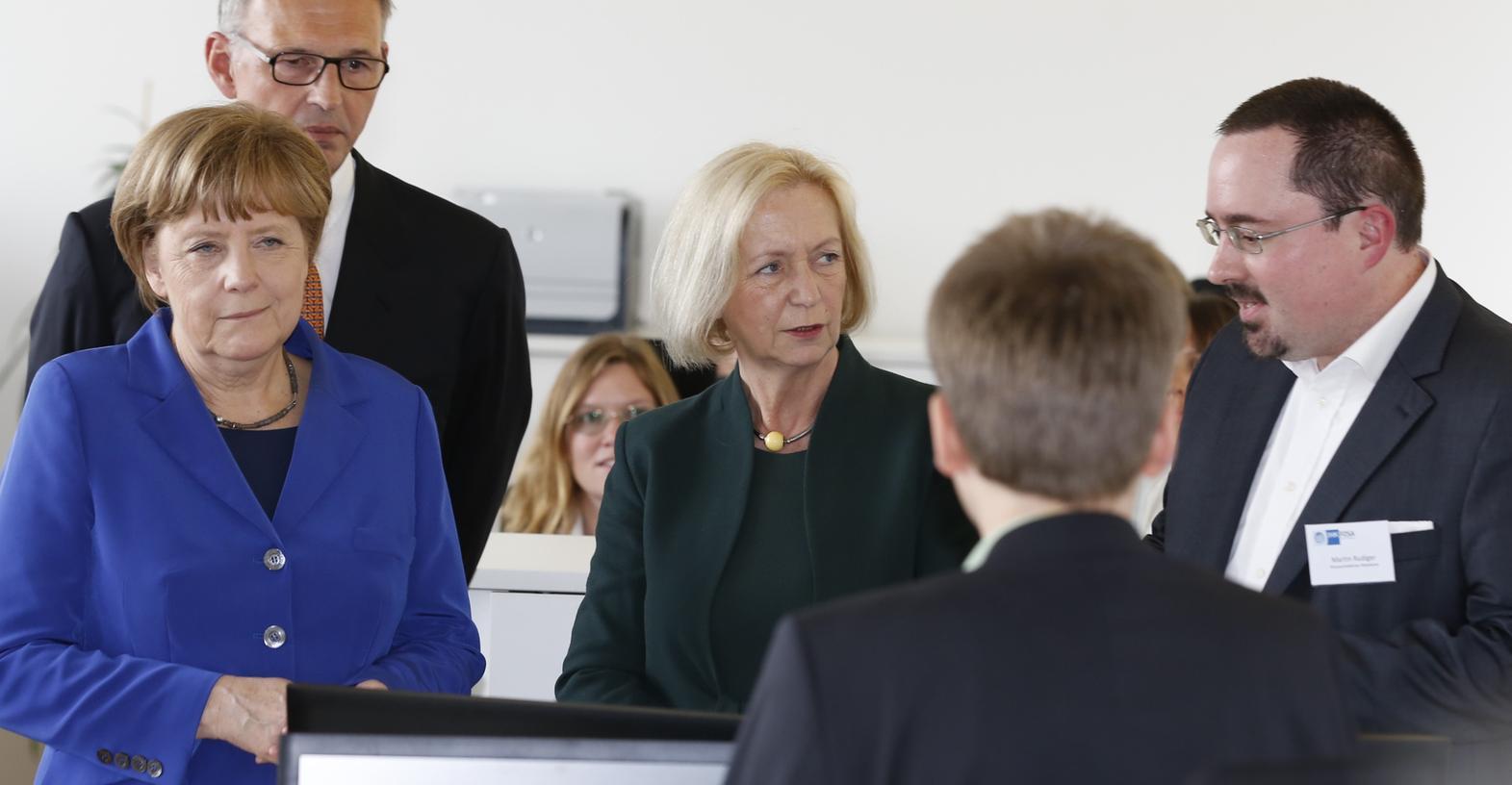 Erklärstunde in der Nürnberger Südstadt: Dort besuchte Bundeskanzlerin Angela Merkel ein IHK-Projekt.