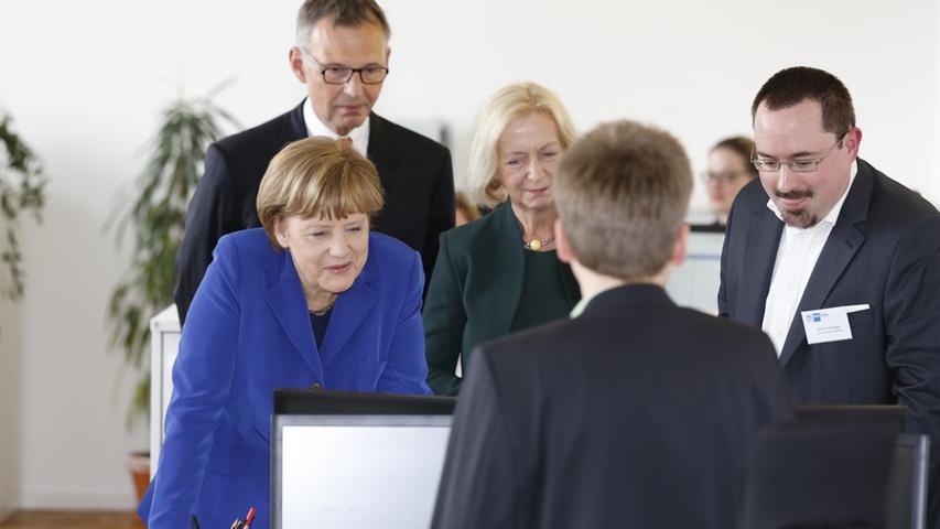 April 2015 in Nürnberg: Nach der Landung kam sie gemeinsam mit Bundesbildungsministerin Johanna Wanka in die Südstadt, um die Einrichtung IHK-Fosa zu besuchen, die sich für die Anerkennung ausländischer Berufsabschlüsse einsetzt.