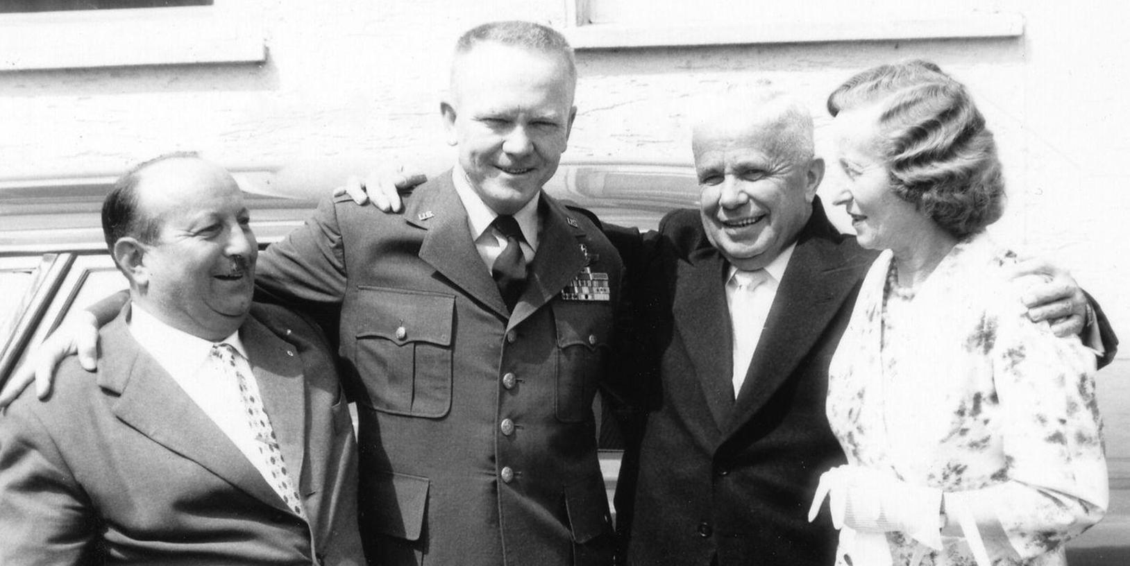 Wiedersehen am 8. Juli 1961: Caroll McElroy und James Hannon (2.v.l) werden Schwabachs Ehrenbürger. McElroy war nicht zur Feier gekommen. Hannon traf alte Bekannte: Willy Buckel (links), mit dem er den US-Truppen am 19. April 1945 entgegengefahren ist, und Konstanze Link (rechts), die gedolmetscht hatte. Bürgermeister Hans Hocheder (2.v.r.) war dankbar, dass Schwabach vor einem Angriff bewahrt blieb.