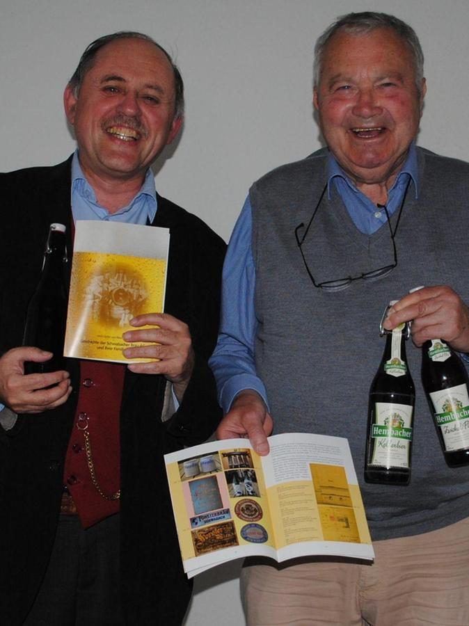 Sie haben gut lachen: Ulrich Distler und Klaus Huber mit ihrer druckfrischen Broschüre über das Schwabacher Bier.