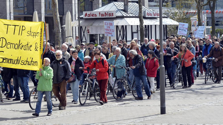 Breites politisches Bündnis: Vertreter der SPD, der Grünen, der FDP, der Linken, der ÖDP, der Freien Wähler, der Piraten, der Gewerkschaften und von verschiedenen Nichtregierungsorganisationen haben am Samstag gegen das Freihandelsabkommen TTIP protestiert.