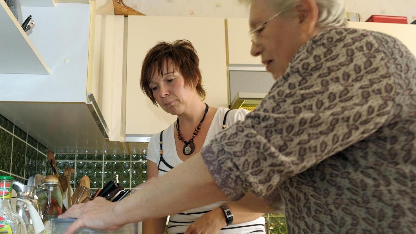 Vielen Senioren hilft es im Alltag ungemein, wenn sie Unterstützung bei kleinen Tätigkeiten im Haushalt bekommen oder jemanden zum Reden haben.
