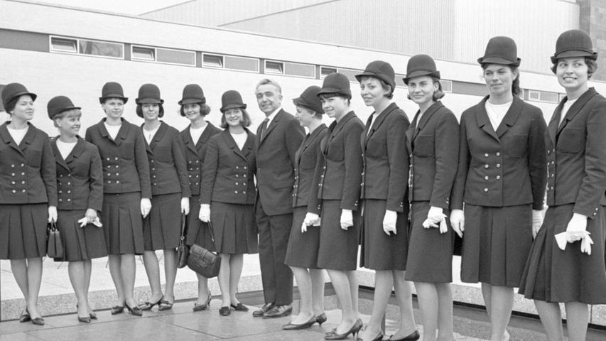 Ein Blickfang in ihren Kostümen: Die IVA-Hostessen. Hier geht es zum Artikel: Charmante Damen auf Kreuzfahrt.