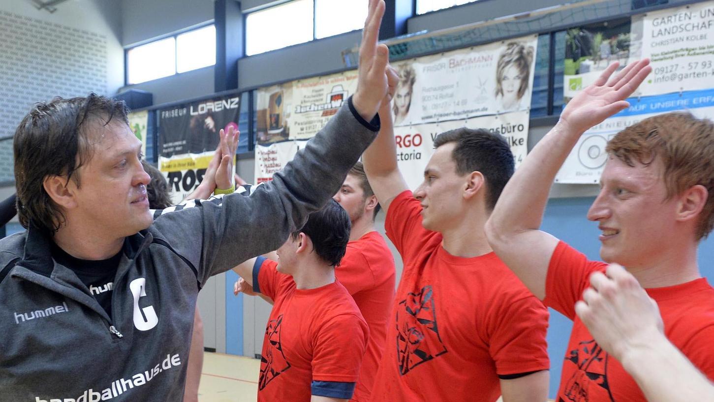 Feiert mit seiner Mannschaft Meistertitel und Aufstieg: Roßtals Trainer Wolfgang Schmidt.