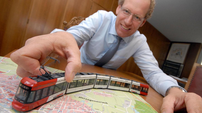 Herzogenaurachs Bürgermeister German Hacker fährt mit einer StUB-Modellbahn Probe.