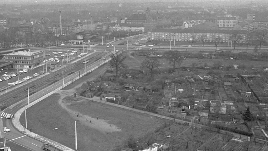 Zwischen den beiden großen Ausfalltoren - der Regensburger Straße (hinten) und der Hainstraße (vorne links) liegt das Grundstück, das der Fakultät gefällt. Ihr Neubau soll einst dort stehen, wo heute noch Kleingärtner eine friedliche Bleibe haben. Die anderen Grenzen des Geländes stellen die Scharrerstraße (links) und die Behaim-Oberrealschule (nicht zu sehen) dar. Hier geht es zum Artikel: Platz für die Fakultät.