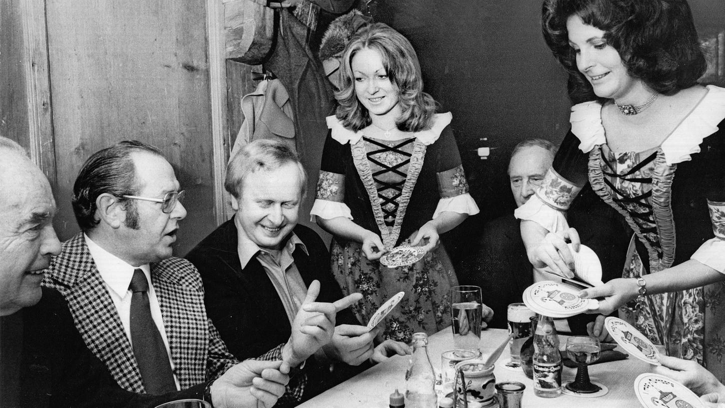 Zwei Damen mit Siebziger-Jahre-Frisuren, aber historischen Trachten, verkauften im April 1975 Aufkleber, um Werbung für die Altstadtfreunde zu machen und Geld zu sammeln.