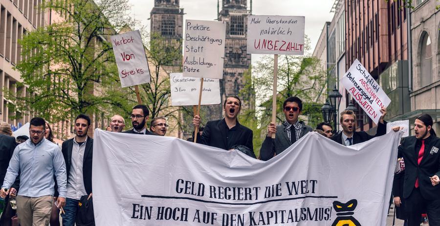 Demonstranten halten am 25.04.2015 in Nürnberg (Bayern) das Banner