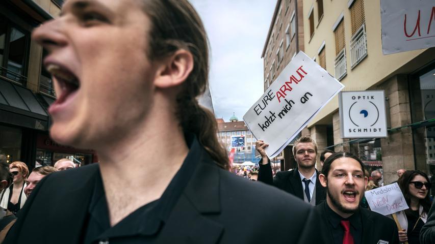Ein Demonstrant hält am 25.04.2015 in Nürnberg (Bayern) das Schild mit der  Aufschrift