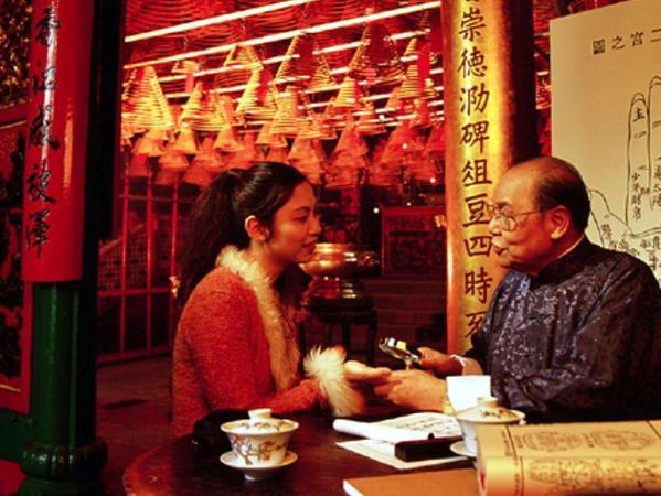 In China allgegenwärtig: Eine Frau lässt sich von einem Wahrsager aus der Hand lesen. Selbst in den modernen Megastädten suchen Menschen im Alltag Rat und Entscheidungshilfen durch Lose und Horoskope. So haben esoterische Praktiken einen — für Besucher aus Europa oder Amerika — erstaunlichen Stellenwert. IKGF Erlangen