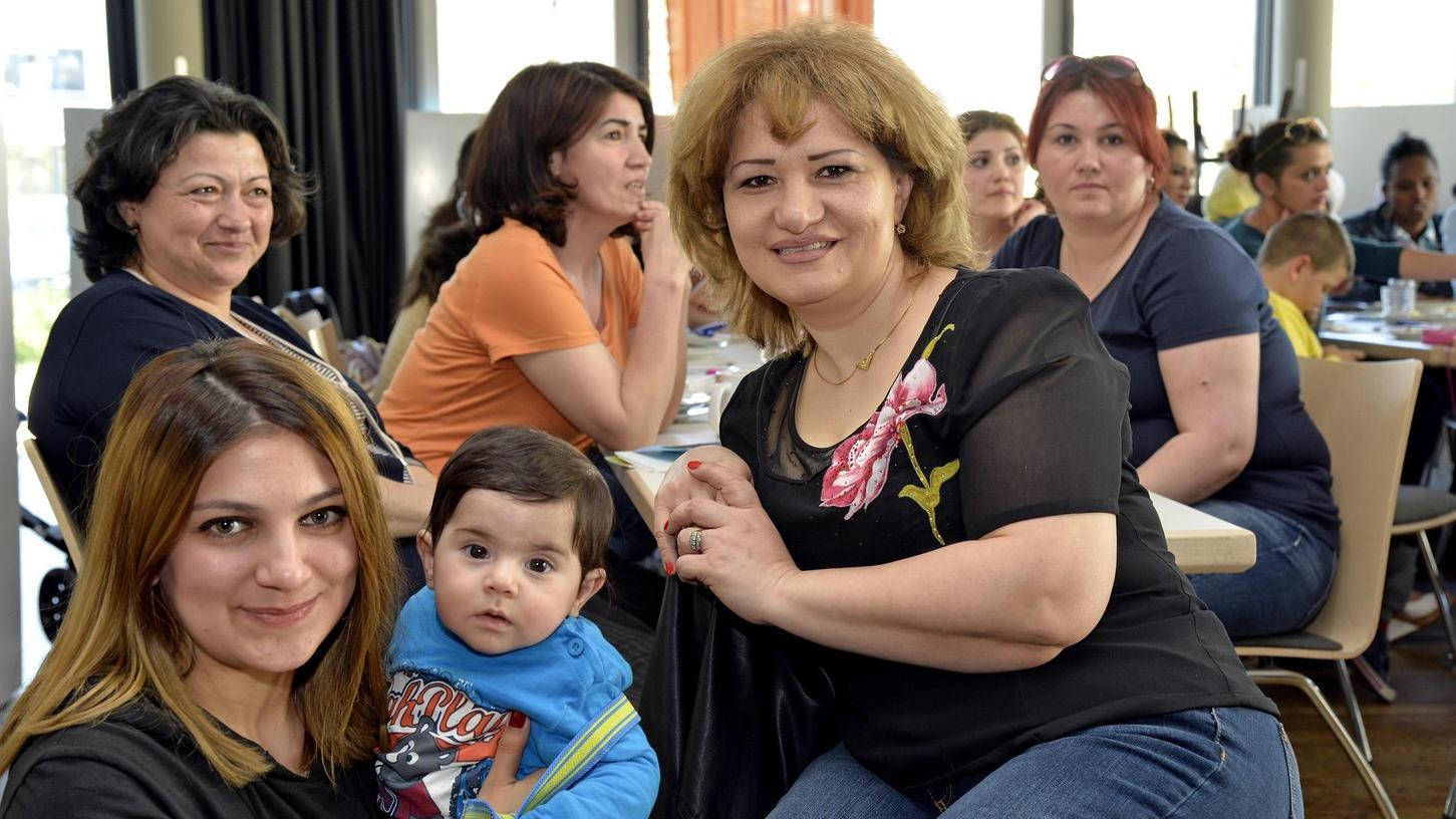Von der normalen Besucherin ist Yegana Maharramova (vorne rechts) längst zur ehrenamtlichen Mitarbeiterin des Internationalen Frauencafés geworden. In der Villa Leon trifft sich aber auch ihre Freundinnen.