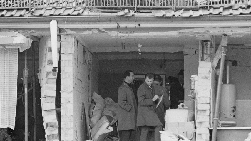 Männer stehen in einer durch eine Gasexplosion zerstörten Wohnung. Hier geht es zum Artikel: Gasexplosion in St. Leonhard.
