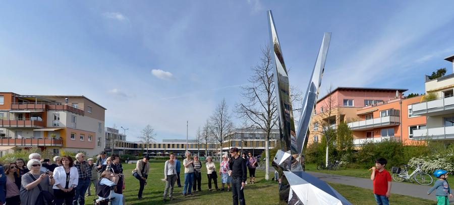 Ein Hase hoppelt im Erlanger Röthelheimpark. Die Skulptur besteht aus Edelstahlplatten und soll auf dem ehemaligen Militärgelände ein Zeichen für Friedfertigkeit setzen.