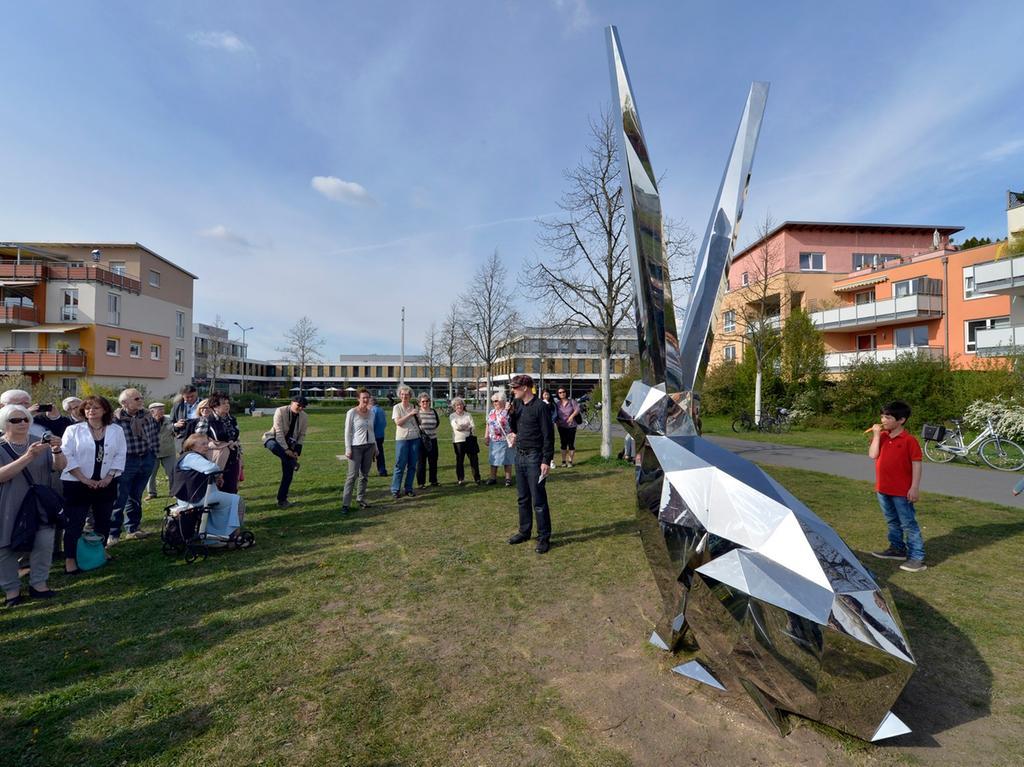 Erlangen: Großer Andrang bei der offiziellen Begrüßung der Hasenskulptur im  Grünzug am Röthelheim. 27.04.2015. Foto: Harald Sippel