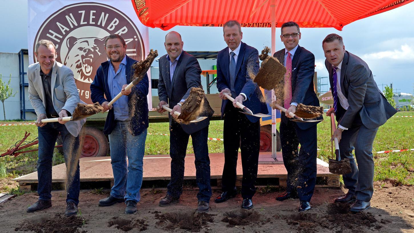 Jörg Binkert, Jonas Langenbuch, Stefan Stretz, Oberbürgermeister Ulrich Maly, Michael Fraas und Stefan Stang beim Spatenstich.