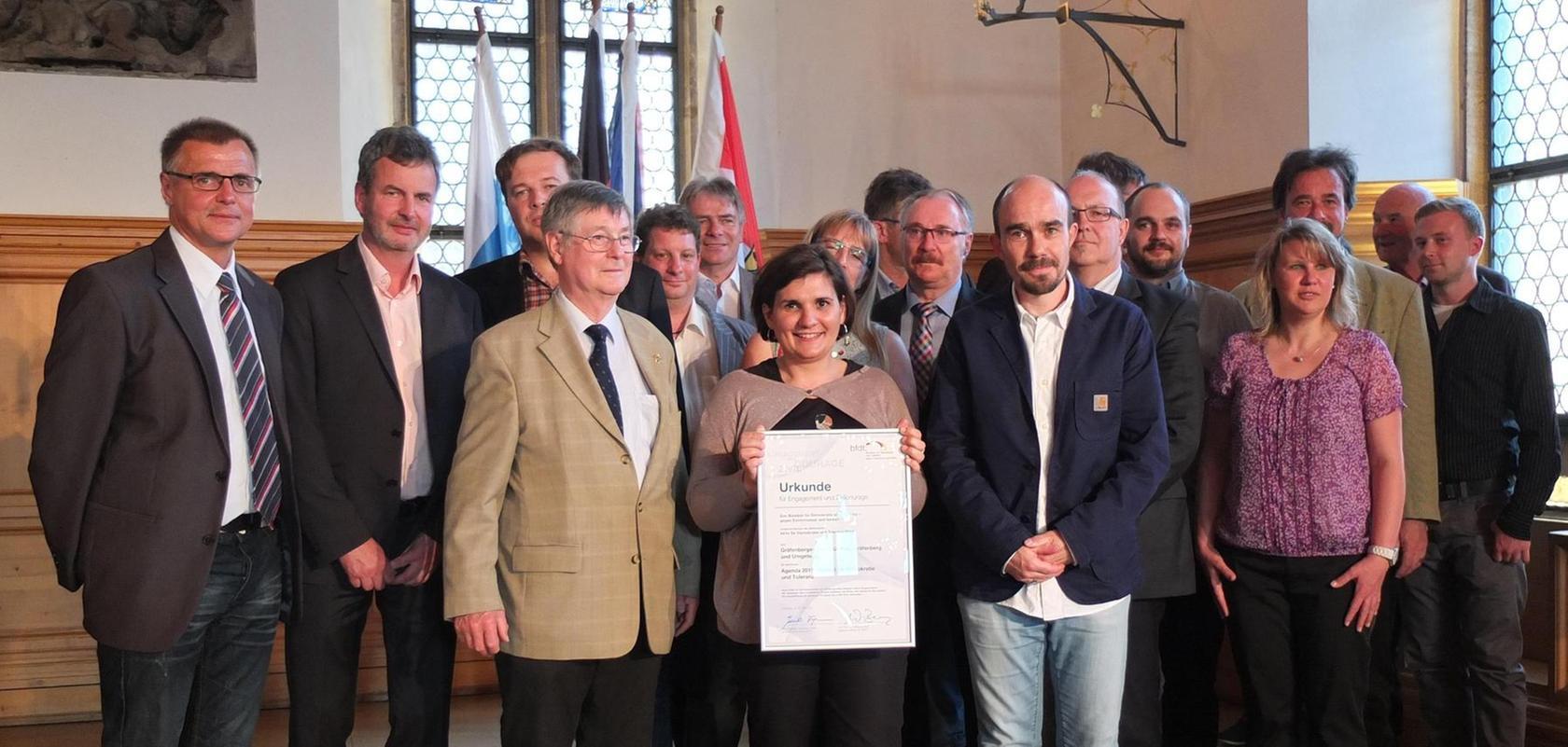 Das Gräfenberger Sportbündnis mit Sprecher Ludwig Haas (4. v. li.), Karolina Michl (mit Urkunde) und Christian Schönfelder (3. v. li.) war mit knapp 30 Personen eine der größten Delegationen bei der Preisverleihung in Nürnberg.