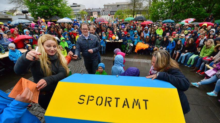 Bei der Preisverleihung drängten sich die Zuschauer dicht um das Geschehen beim Rathausplatz.