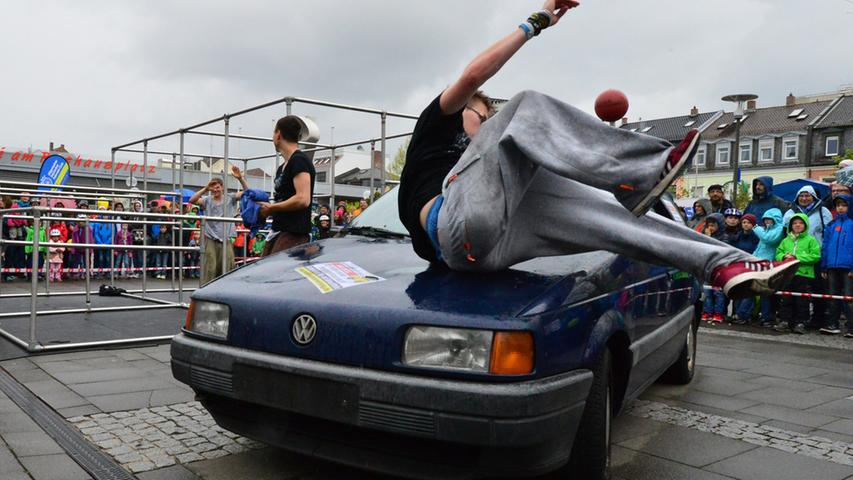 Akrobatik bot die Gruppe Crap Movement.