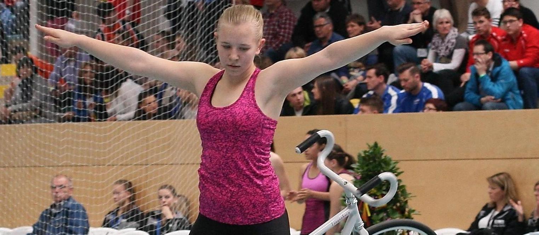 Hochkonzentriert bis zur letzten der 30 Übungen, dem Kehrlenkersitzsteiger rückwärts. Da wusste Johanna schon, dass sie mit dem Ergebnis würde zufrieden sein können.