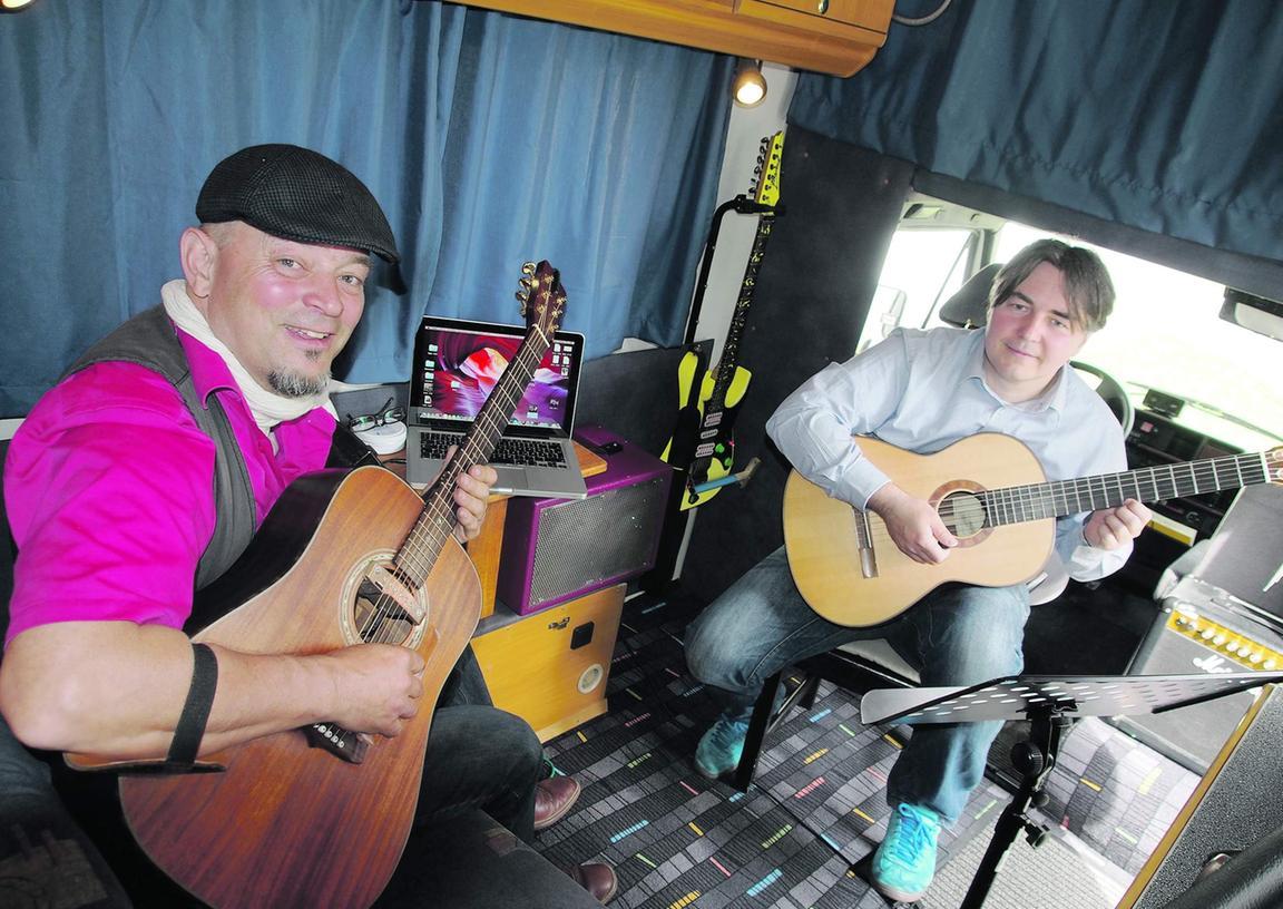 Werner Thoma (links) übt mit seinem Schüler Karsten Bornhöft ein Stück von Maroon 5, doch diesmal nicht in der Musikschule in Bad Windsheim, sondern im neuen mobilen Musikstudio – einem entsprechend eingerichteten Wohnmobil