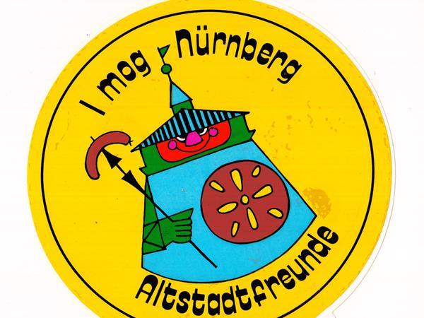 Der Text auf der Altstadtfreunde-Plakette fiel bei der ersten Version versehentlich bayerisch aus. Es folgte bald eine fränkische Variante.