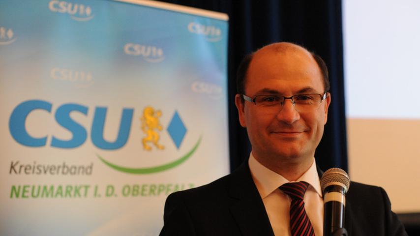Der staatlich geprüfte Techniker für Landbau Albert Füracker sitzt bereits seit 10 Jahren im Bayerischen Landtag. Am Wahlsonntag erhielt der CSU-Politiker mit 50,32% ein herausragendes Ergebnis. Füracker ist damit der Stimmenkönig und wird weiterhin für den Stimmkreis Neumarkt im