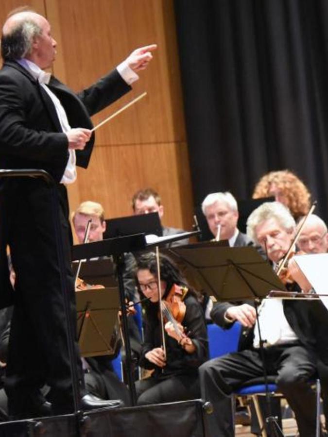 Dirigent Vladimir Kowalenko und sein Schwabacher Kammerorchester rissen mit der exzellenten Geigerin Nazrin Rashidova das Schwabacher Publikum mit.