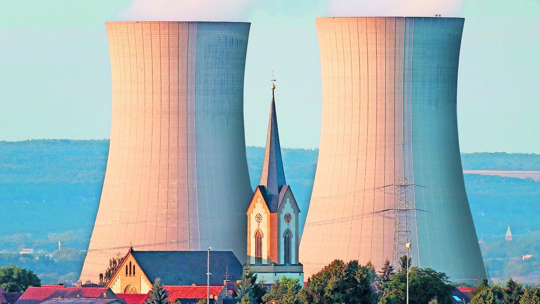 Zwar steigt aus den beiden Kühltürmen des Kernkraftwerks Grafenrheinfeld kein Dampf mehr auf wie noch auf diesem Foto aus der aktiven Zeit, doch weithin zu sehen sind die 143 Meter hohen Beton-Giganten noch immer.