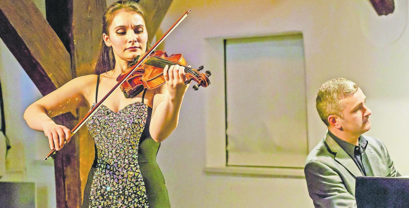 Zwei, die sich wunderbar ergänzen: Geigerin Nazrin Rashidova und ihr Klavierpartner Daniel Grimwood als subtiler Sekundant bei ihrem Auftritt im Bürgerhaus.