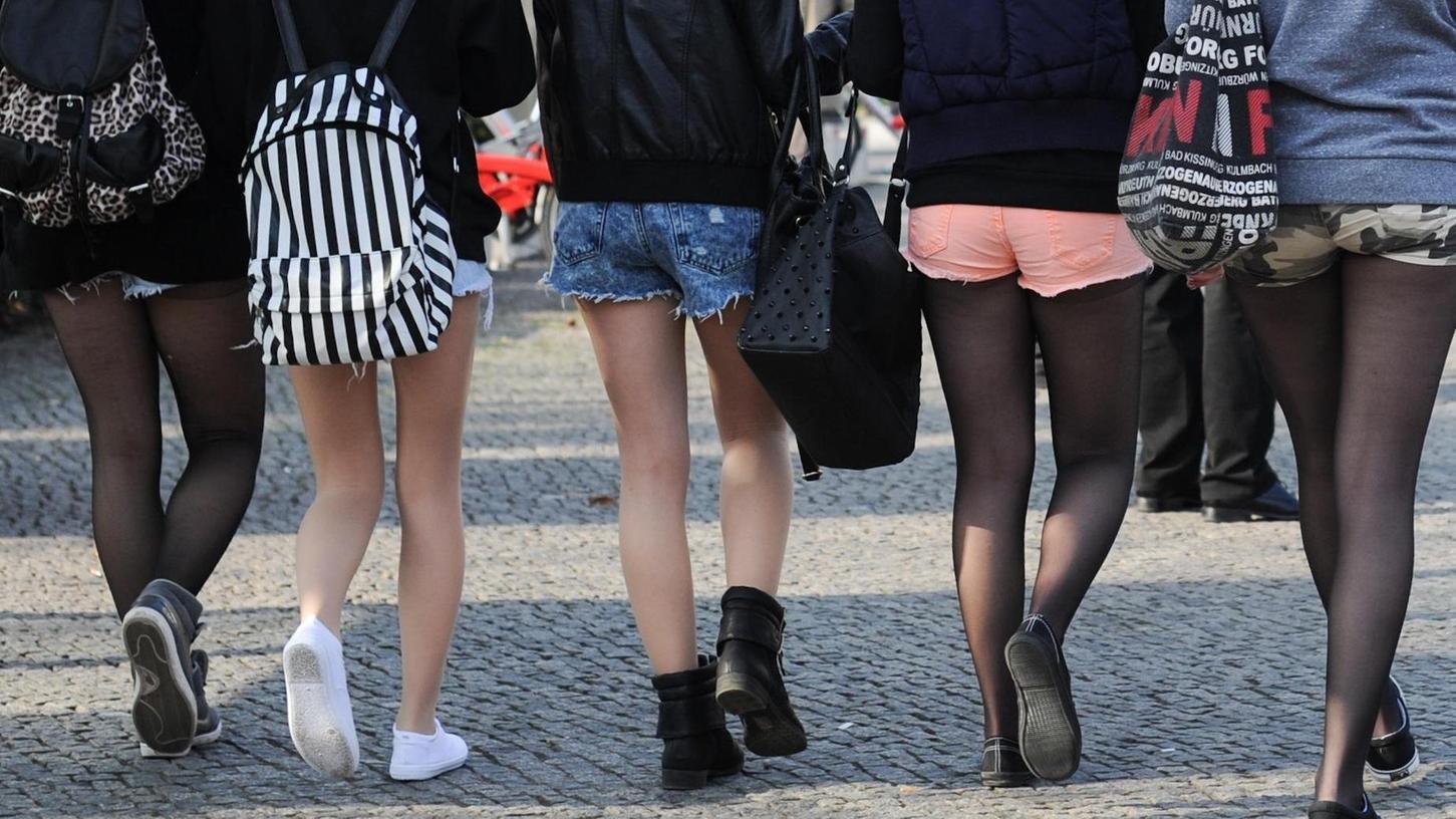Hotpants, die sogenannten heißen Hosen, sind im Deutschhaus-Gymnasium nicht gern gesehen. Auch transparente oder bauchfreie Oberteile sowie Kopfbedeckungen aller Art sind verboten.