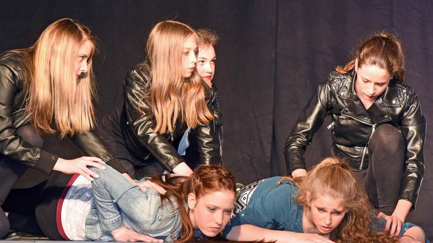 """Mit """"Tagtraum"""" hat die Schwabacher Realschule eine 100-prozentige Eigenproduktion auf die Bühne in der Aula gebracht. Romanvorlage, Theaterbearbeitung, Regie, Bühnenbild und Darsteller: Ausschließlich Schülerinnen und Schüler haben geschrieben, inszeniert und gespielt."""